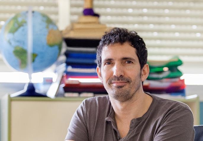 Fotografía de César Bona sentado en una aula.