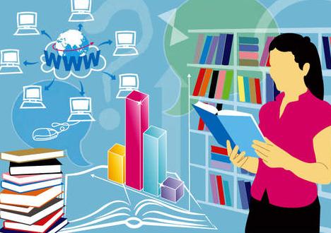 Investigadora consultando información científica impresa y digital en la red