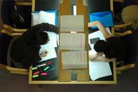 Estudiantes haciendo uso de esta biblioteca